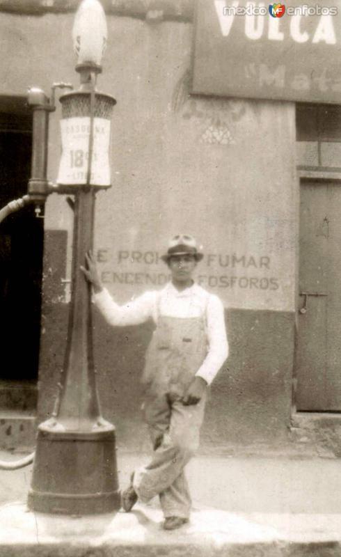 Joven con antigua bomba de gas