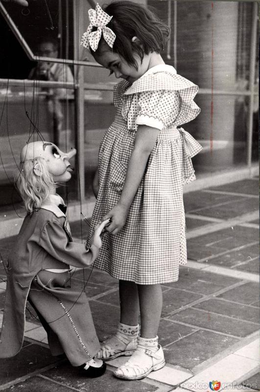 Niña con marioneta