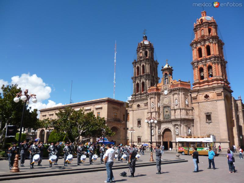 Catedral y banda de guerra tocando en Plaza de Armas.