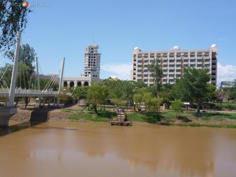 Fotos de Culiac�n, Sinaloa, M�xico: Forum y rio diurnos.