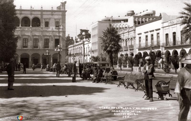 Vista de la Plaza y Avenida Madero