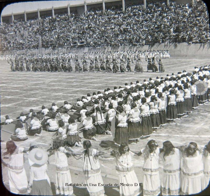 Bailables en una escuela de Ninas en 1928