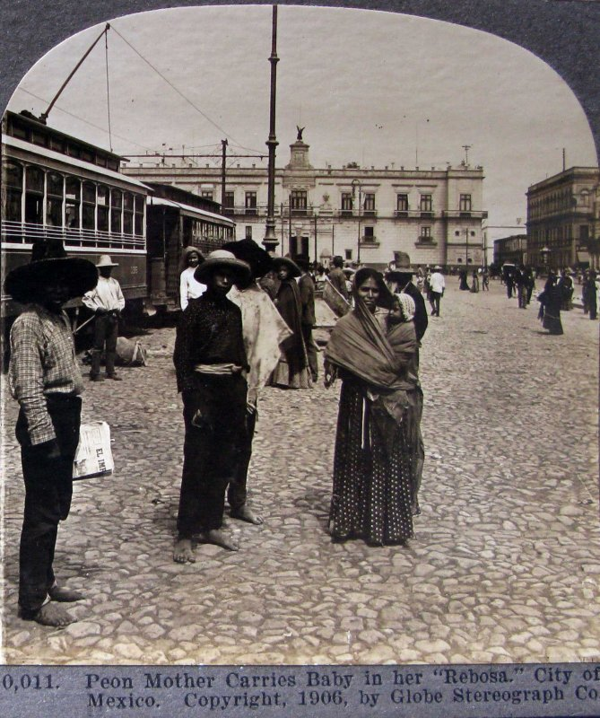 Fotos de Ciudad de M�xico, Distrito Federal, M�xico: Mama cargando a su nino  Hacia 1909