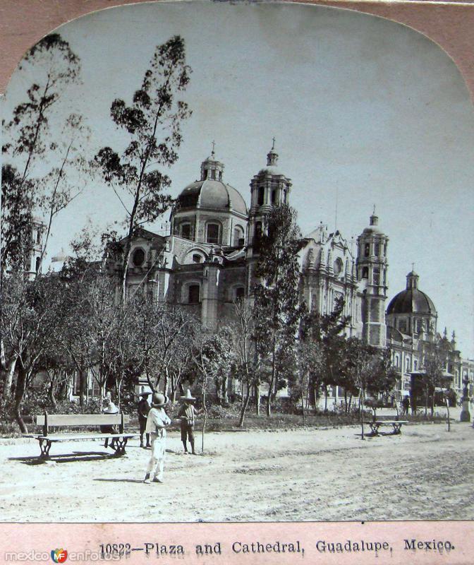 Esperando el Tranvia en la Villa de Guadalupe Hacia 1900