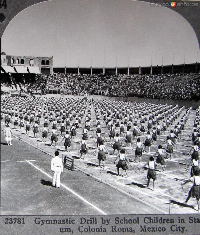 Gimnastas en una Escuela Hacia 1900