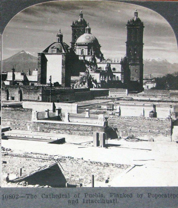 Vista de la catedral de Puebla entre el Popocatépetl y el Iztaccíhuatl