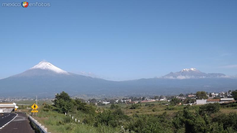 Valle de Atlixco con el Popocatépetl y el Iztacíhuatl. Julio/2014