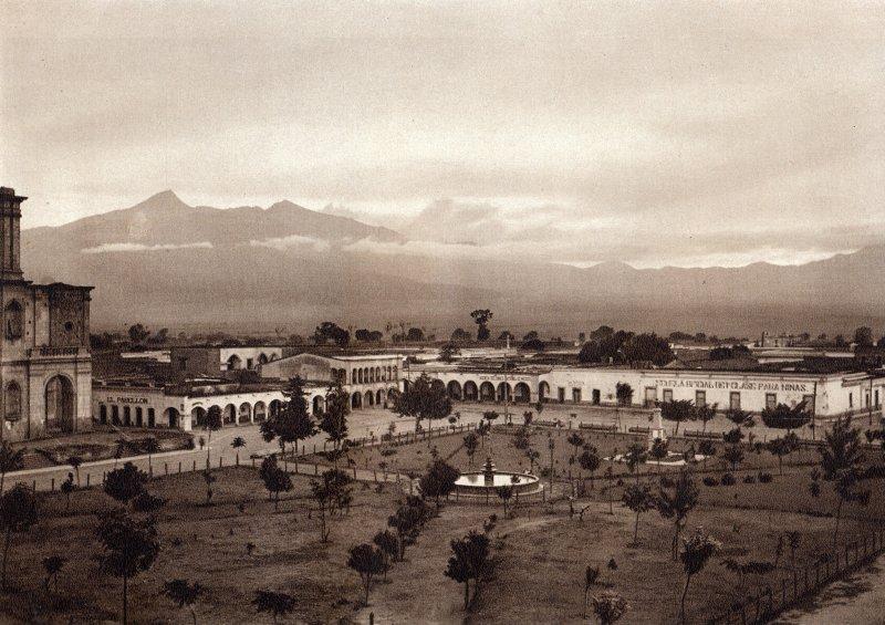 Plaza de Zapotlán, con el Volcán de Colima al fondo (circa 1920)