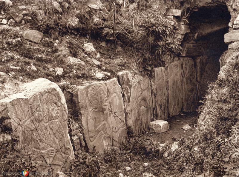 Lápidas con bajorrelieves (circa 1920)