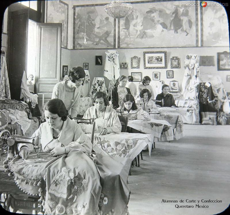 Alumnas de Corte y Confeccion hacia 1920