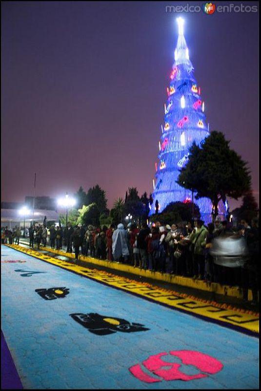 Engalana la escena el Monumental Árbol de navidad