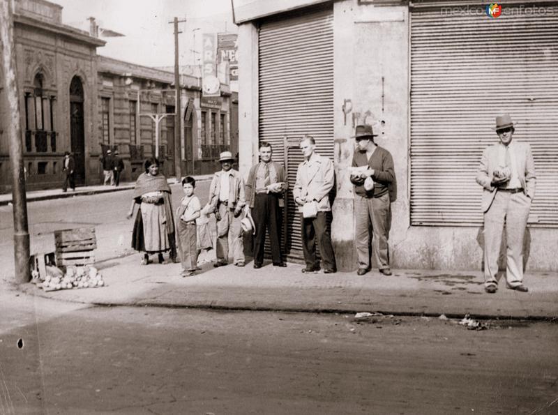 Esperando el autobús (c. 1940)