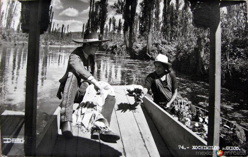 Vendedora de flores en Los Canales de Xochimilco Hacia 1945