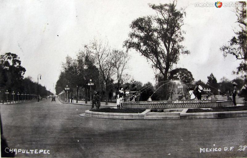 Avenida y Fuente en Chapultepec Hacia 1930