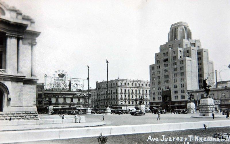 Avenida Juarez y teatro Nacional Hacia 1945