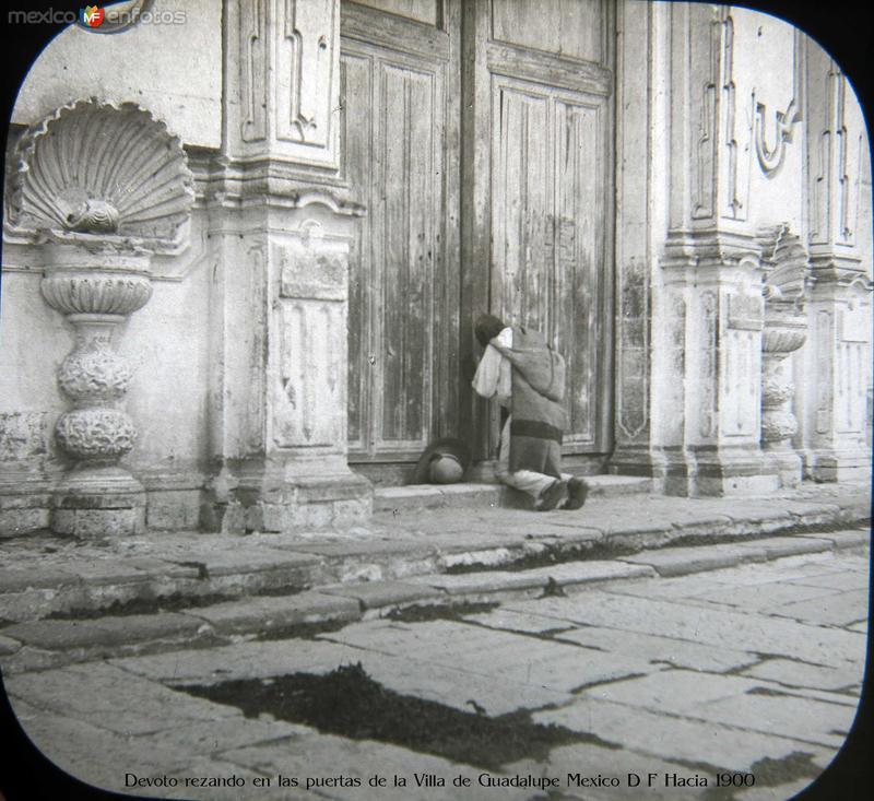 Devoto rezando en las puertas de la Villa de Guadalupe Mexico D F Hacia 1900