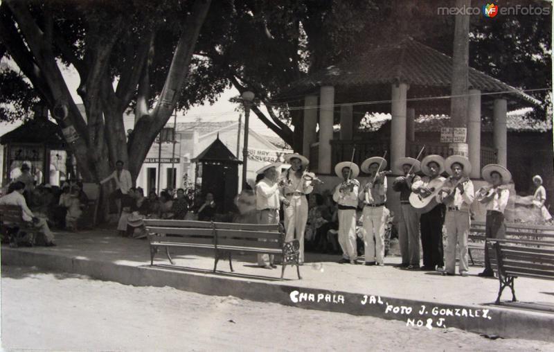 FESTIVAL EN LA PLAZA Hacia 1940