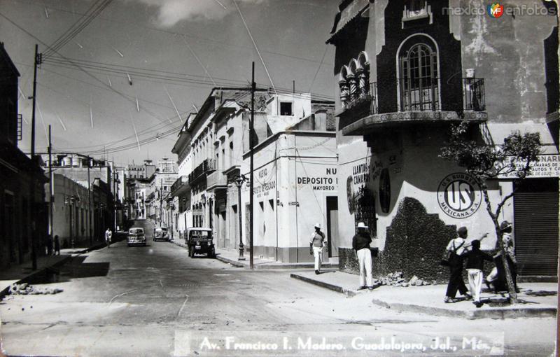 ESCENA CALLEJERA CALLE FRANCISCO I MADERO. Hacia 1945
