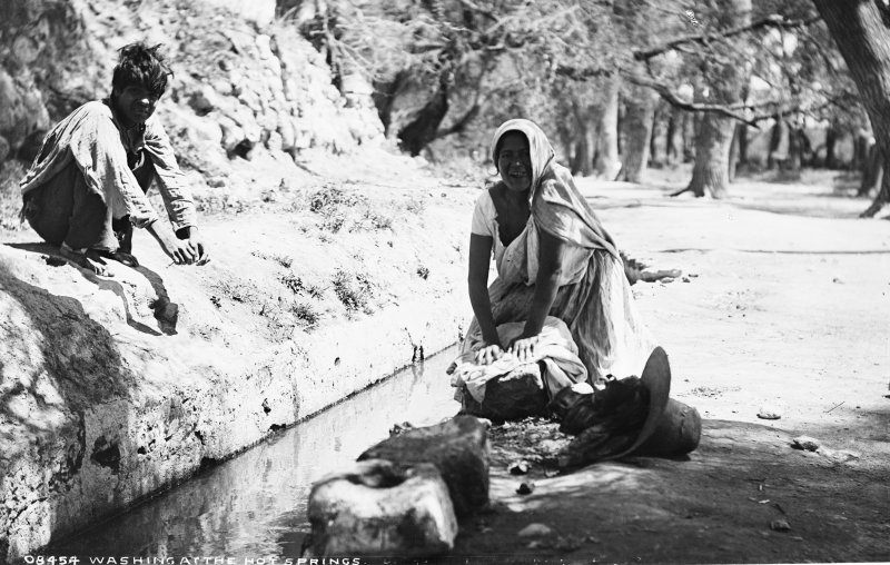 Lavadero en las aguas termales (por William Henry Jackson, c. 1888)
