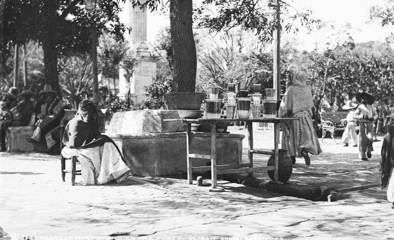 Puesto de bebidas en la Plaza de Armas (por William Henry Jackson, 1891)