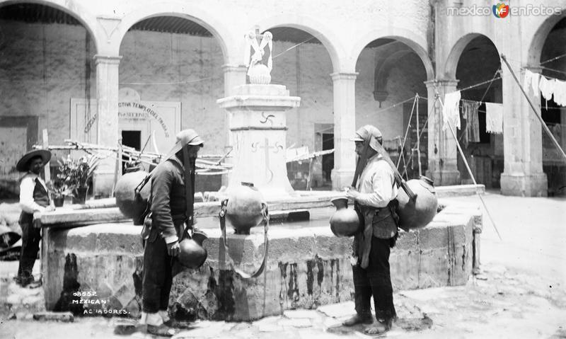 Fotos de Ciudad de M�xico, Distrito Federal, M�xico: Aguadores en una fuente (por William Henry Jackson, c. 1888)