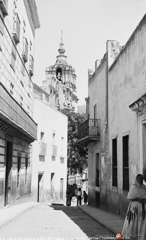 Calle Ponciano Aguilar con el Templo de la Compañía al fondo (por William Henry Jackson, c. 1888)