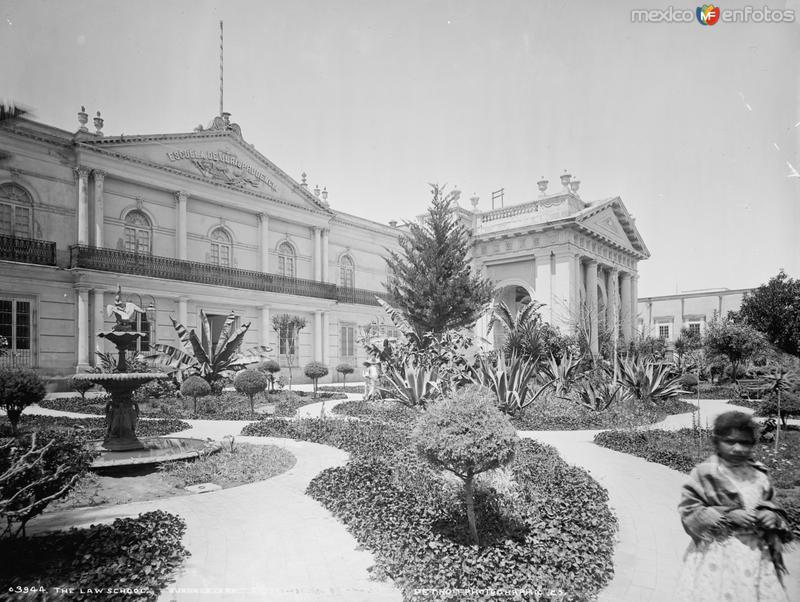 Escuela de Leyes (por William Henry Jackson, c. 1887)