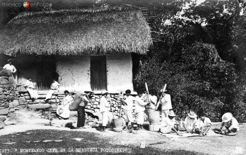 Morteando café en la Huasteca Potosína