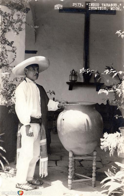 Indio Tarasco con un jarrón de agua