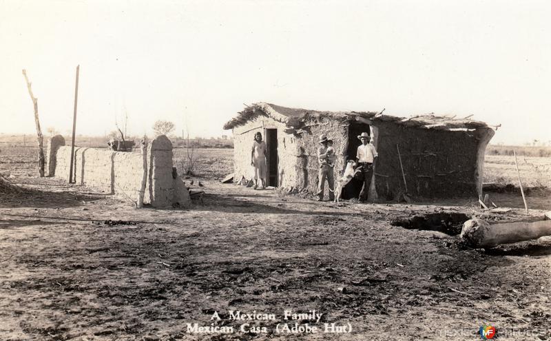 Familia mexicana en una casa de abobe