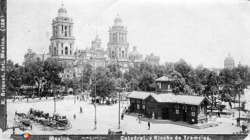 Catedral y kiosco de los tranvías en el Zócalo (c. 1890)