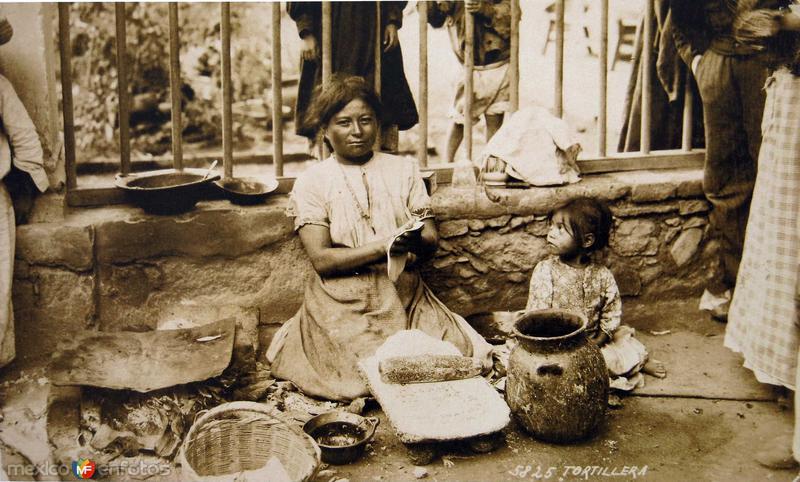 UNA TORTILLERA por el fotografo HUGO BREHME Hacia 1930