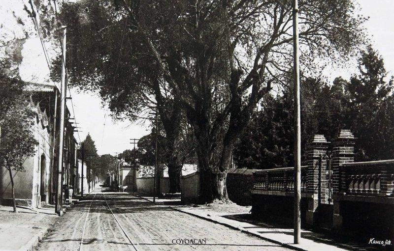 UNA CALLE DE COYOACAN por el fotografo FEDERICK KALHO Hacia 1915