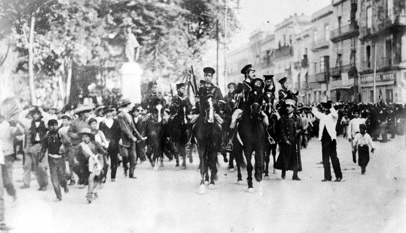 Cadetes de Tlalpan en camino al Palacio Nacional durante la Decena Trágica (Bain News Service, c. 1913)