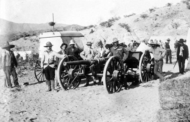 Cañón hecho por los revolucionarios cerca de Ciudad Juárez (Bain News Service, c. 1911)