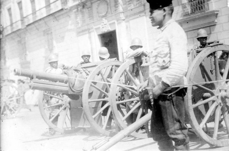 Cañones frente al Palacio Nacional durante la Decena Trágica (Bain News Service, 1913)