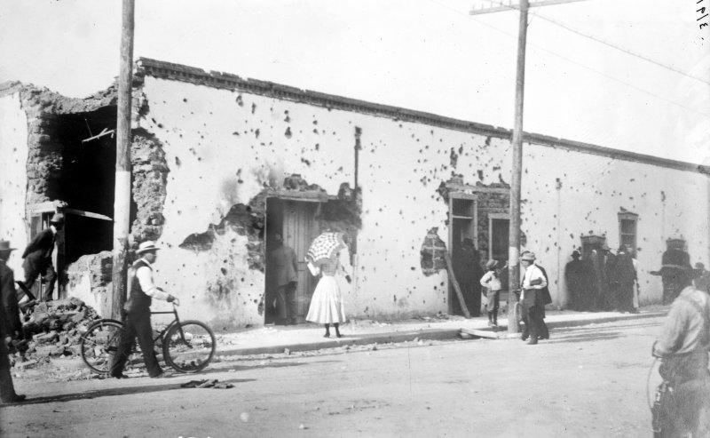 Casa destrioda durante la batalla de Ciudad Juárez (Bain News Service, 1911)