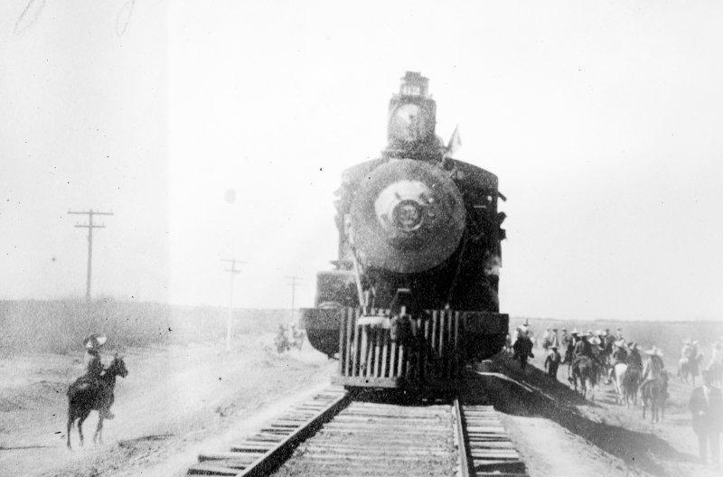 Fuezas de Benjamín Argumedo deteniendo un tren cerca de Torreón (Bain News Service, 1911)
