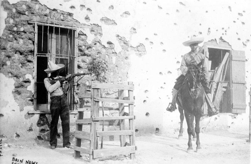 Huellas de balas en una casa de adobe en Ciudad Juárez (Bain News Service, c. 1911)