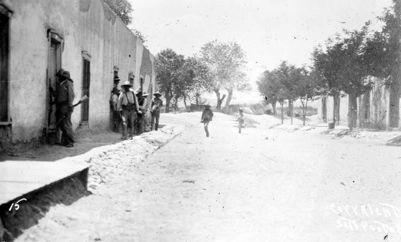Revolucionarios durante la batalla de Ciudad Juárez (Bain News Service, 1911)