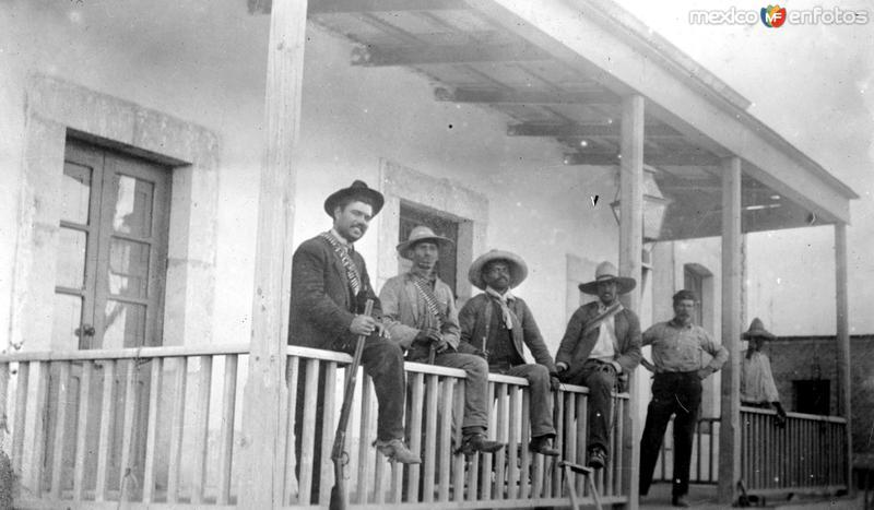 Revolucionarios en un rancho (Bain News Service, c. 1914)