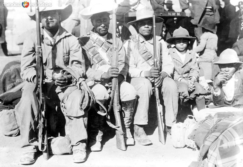 Revolucionarios villistas descansando (Bain News Service, 1914)