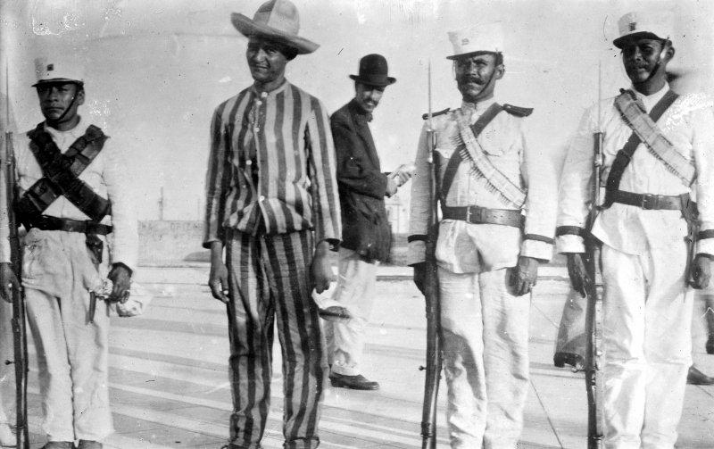 Soldados con un prisionero (Bain News Service, 1914)