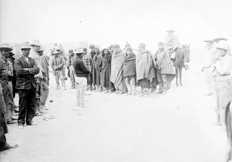 Soldados federales capturados durante la batalla de Ojinaga (Bain News Service, c. 1914)