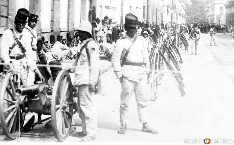 Tropas en la Calle de Revillagigedo en la Ciudad de México durante la Decena Trágica (Bain News Service, 1913)