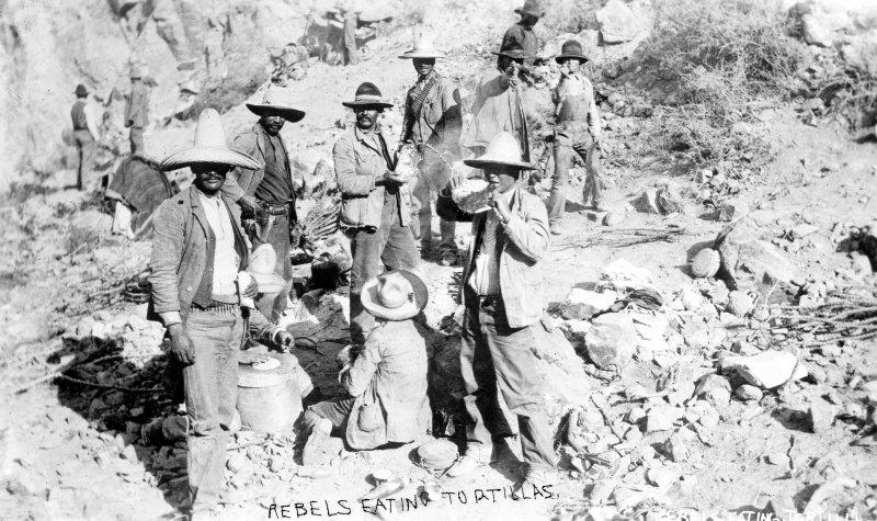 Un grupo de revolucionarios comiendo tortillas (Bain News Service, c. 1914)