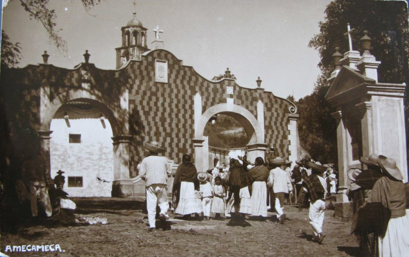 PEREGRINOS LLEGANDO A LA IGLESIA Hacia 1930