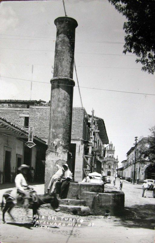 Fotos de Pátzcuaro, Michoacán, México: PILA DE EL TORITO Hacia 1945