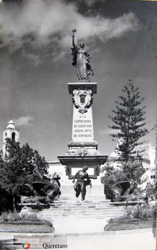 MONUMENTO A LA CORREGIDORA Hacia 1945