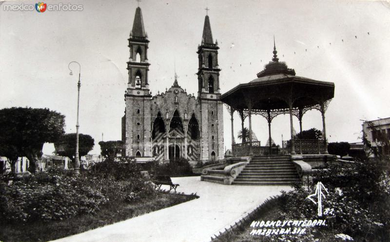 KIOSKO Y LA CATEDRAL Hacia 1945